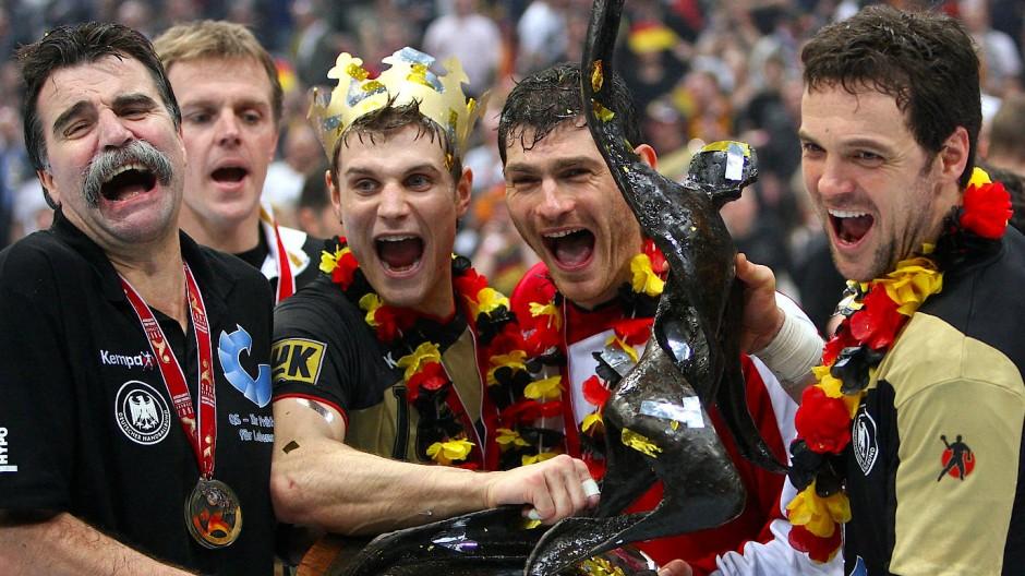 Kehrt zwischen die Pfosten zurück: Henning Fritz (Zweiter von rechts, hier 2007)