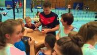 Volleyballstar zum Anfassen: Lukas Kampa beim Schulsport in Hofheim.