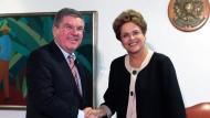 Gute Laune in Brasilien: Landes-Präsidentin Dilma Rousseff (rechts) und IOC-Präsident Thomas Bach