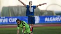 Am Boden: Nadine Angerer kann die Niederlage gegen Schweden scheinbar nicht begreifen
