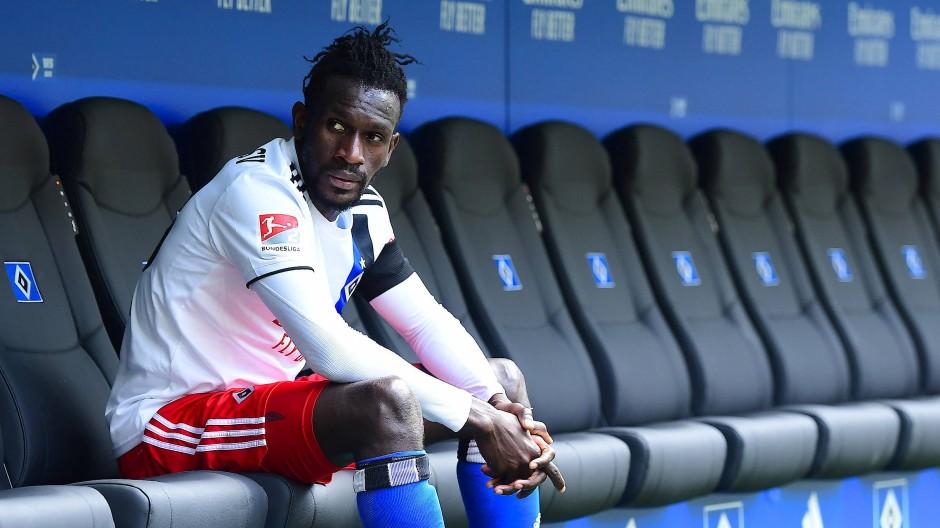 Bakéry Jatta nach dem Spiel gegen Bielefeld auf der Hamburger Bank.