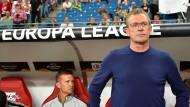 Ratlos: RB-Trainer Ralf Rangnick (rechts) beim Spiel seiner Mannschaft in der Europa League.