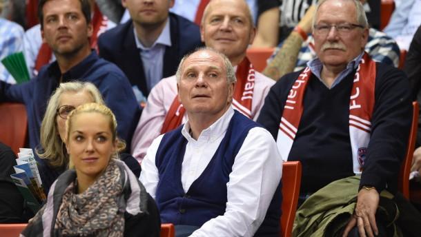 Bayern ohne Pesic, mit Hoeneß
