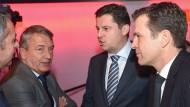 Skandale und die Folgen: DFL-Chef Seifert (2.v.r.) mahnt, der ehemalige DFB-Präsident Niersbach hört zu