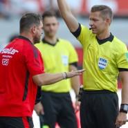 Premiere in der Bundesliga: Der Schiedsrichter zeigt Paderborns Trainer (links) die Gelbe Karte.