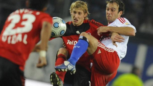 Bayer Leverkusen bleibt Spitzenreiter