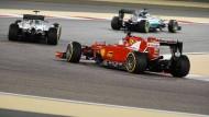 In Lauerstellung: In Bahrein ist Sebastian Vettel noch den beiden Mercedes hinterher gefahren