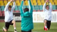 Vorbereitung aufs Debüt: Marcel Halstenberg (links) spielt in Wembley