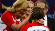 Präsidentin Kolinda Grabar-Kitarovic (links) tröstet Luka Modric auf ihre Art und Weise.