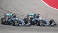 Entscheidendes Überholmanöver: Lewis Hamilton (l.) verdrängt Nico Rosberg