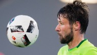 Konzentration in der Relegation: Wolfsburgs Christian Träsch betrachtet den Ball