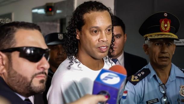 Keine Gnade für Ronaldinho in Fake-Pass-Affäre