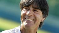 Wer hat nach dem Spiel gut lachen? Bundestrainer Joachim Löw geht frohen Mutes in die WM.