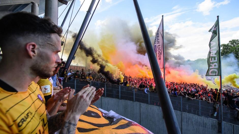 Mit viel Rauch: Fans verabschieden ihre Dynamo, als gäbe es kein Corona.