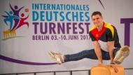 Große Sprünge: Lukas Dauser wirbt für das Turnfest