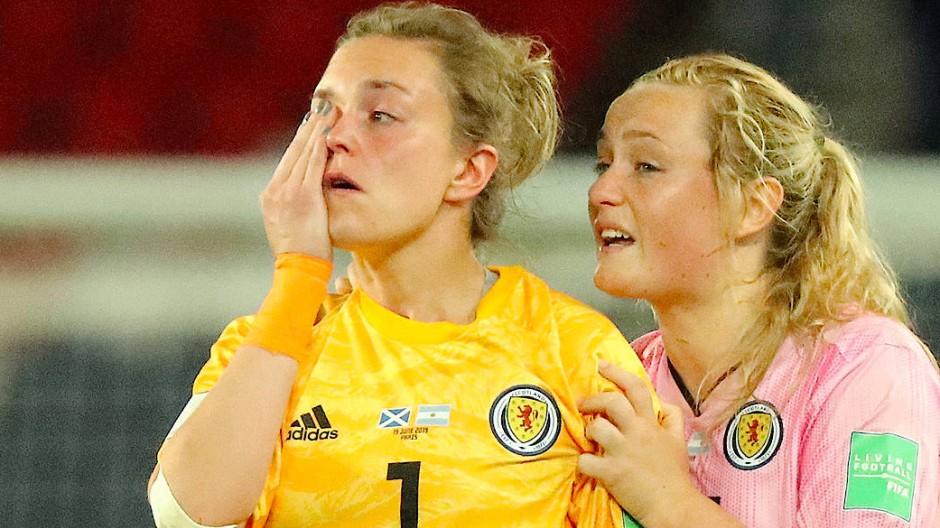 Erin Cuthbert (rechts) muss die schottische Torhüterin Lee Alexander trösten.