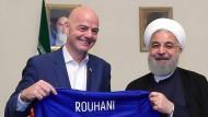Lächeln für die Kamera: Fifa-Präsident Infantino (links) und Irans Präsident Ruhani.