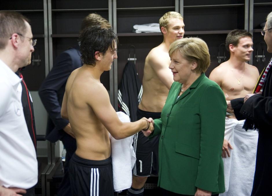 Berühmtes Bild von 2010: Merkel besucht Özil und das DFB-Team in der Kabine nach einem Spiel in Berlin – gegen die Türkei.