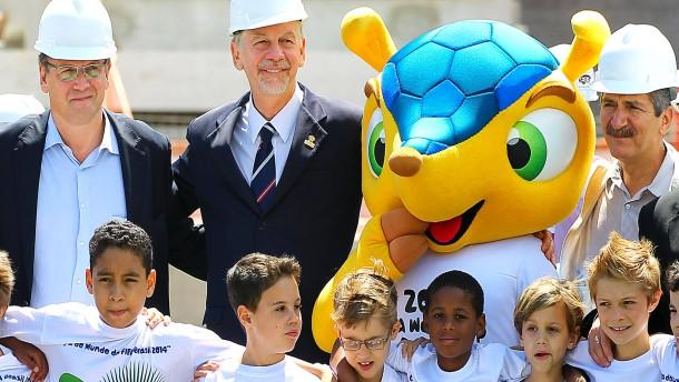 Der Minister und das WM-Maskottchen: Aldo Rebelo (rechts) in Porto Alegre