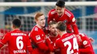 Große Freude: Die Hamburger Spieler jubeln über das Tor von Aaron Hunt (Mitte).