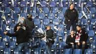 Fans räumen die mühsam vorbereitete Choreografie vor dem Spiel wieder ab.