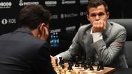 Wann gelingt nur einem Spieler mal ein Sieg bei der Schach-WM? Auch Titelträger Magnus Carlsen (rechts) scheint sich diese Frage zu stellen.