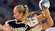 Jäh gestoppt: die deutschen Handballfrauen um Nadja Nadgornaja