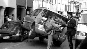 Radfahrer am Steuer: acht Autos demoliert