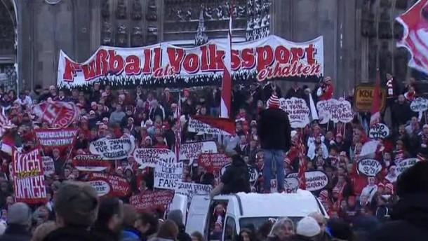 """Das Konzept """"Sicheres Stadionerlebnis"""" soll bei der DFL-Mitgliederversammlung am 12.12. beschlossen werden. Die Fans kritisieren, dass mit den vorgeschlagenen Maßnahmen die Fankultur zerstört werde."""