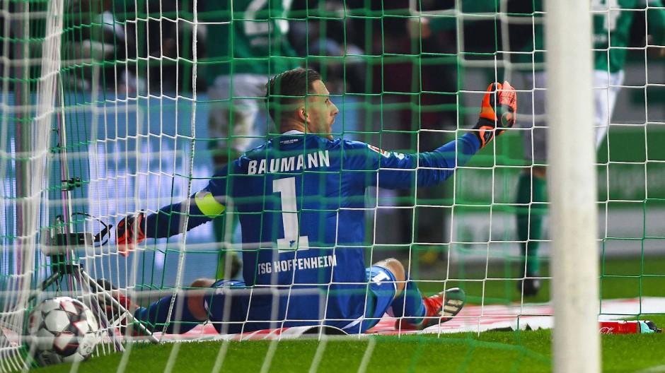 Torwart im Tor, Ball auch: Werder freut sich über einen Punkt.