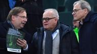 Nach dem Rücktritt von DFB-Präsident Fritz Keller (Mitte) übernahmen Rainer Koch (links) und Peter Peters.