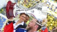 Großer Pokal, große Emotionen: Mannheims Marcus Kink mit der Meistertrophäe