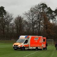 Was kein Sportler gerne erleben möchte: Notarzt-Einsatz auf dem Fußballplatz (Symbolbild)