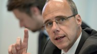 """Hessens Innenminister Peter Beuth: """"Es muss in speziellen Fällen dafür Sorge getragen werden, die Abschiebehaft zu verlängern"""""""