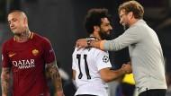 Ein glücklicher Trainer, ein glücklicher Spieler, und ein enttäuschter Gegner: Jürgen Klopp mit Mohamed Salah und Radja Nainggolan (von rechts).