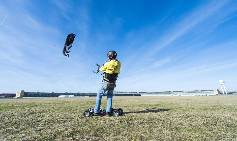 Kitesurfer am Tempelhofer Feld: genug Platz für die Subkulturen des Sports.