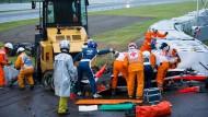 Rettungskräfte versorgen Bianchi nach seinem schweren Unfall in Japan