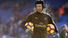Cech nimmt den Helm