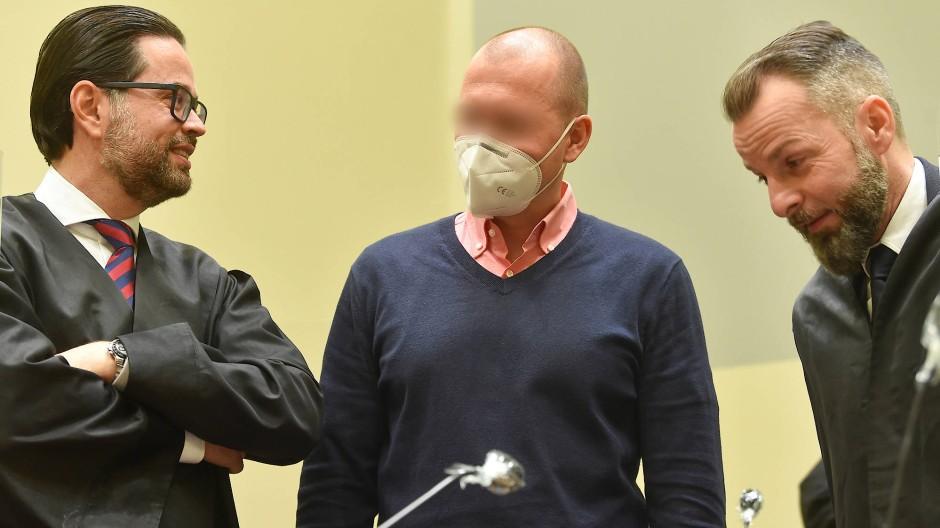 Mark S. mit seinen Anwälten bei der Verhandlung vor dem Landgericht München im Januar 2021