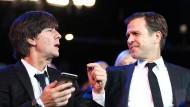 Die deutsche Delegation in Kasan: Manager Bierhoff (r.) fordert mehr Geld, Bundestrainer Löw (l.) kündigt B-Elf an