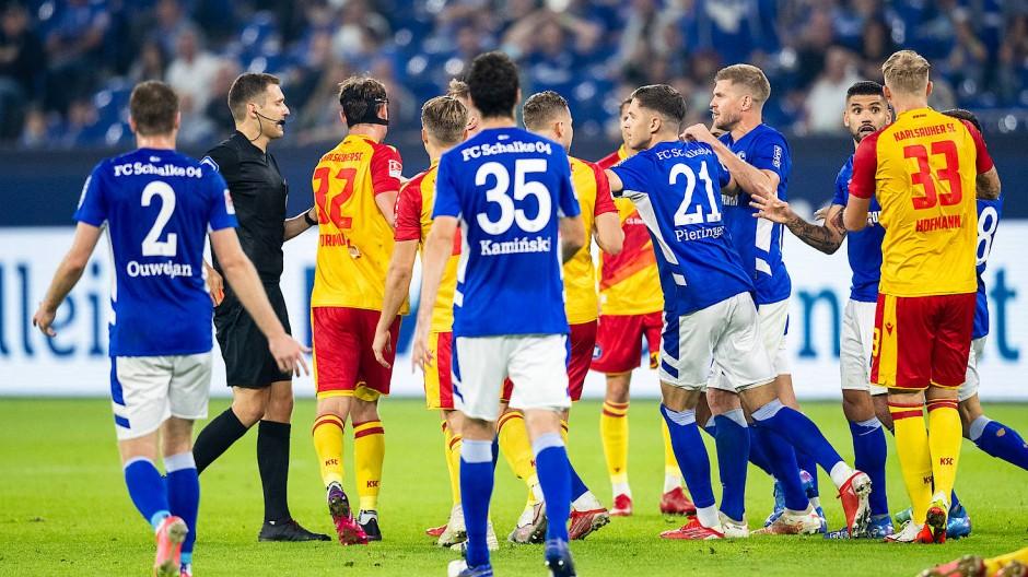 Erhitzte Gemüter auf Schalke: Der Karlsruher SC dreht in Überzahl das Spiel.