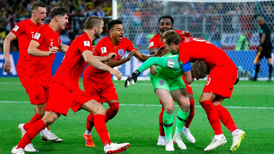 Englands Spieler jubeln mit ihrem Torhüter Jordan Pickford (grünes Trikot) nach dem im Elfmeterschießen gewonnenen Achtelfinale gegen Kolumbien.