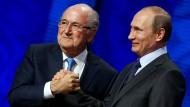 Der frühere Fifa-Präsident Joseph Blatter (links) ist auf Einladung von Wladimir Putin in Russland (Bild von 2015).