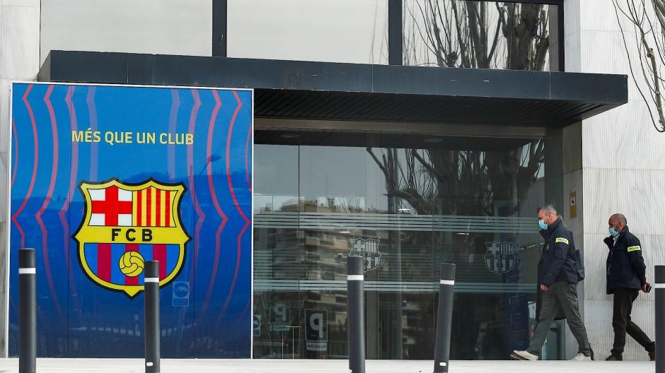Polizeieinsatz: Beamte durchsuchen die Büroräume im Stadion des spanischen Spitzenklubs.