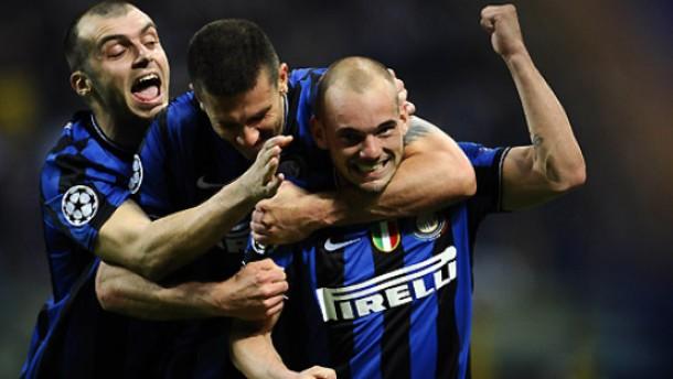 Dreierpack: Inter kann feiern - und Sneijder, Motta und Pandev (v.r.) tun das