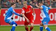 Der mit dem Ball tanzt: Klaus schlängelt sich durch die Hoffenheimer Defensive