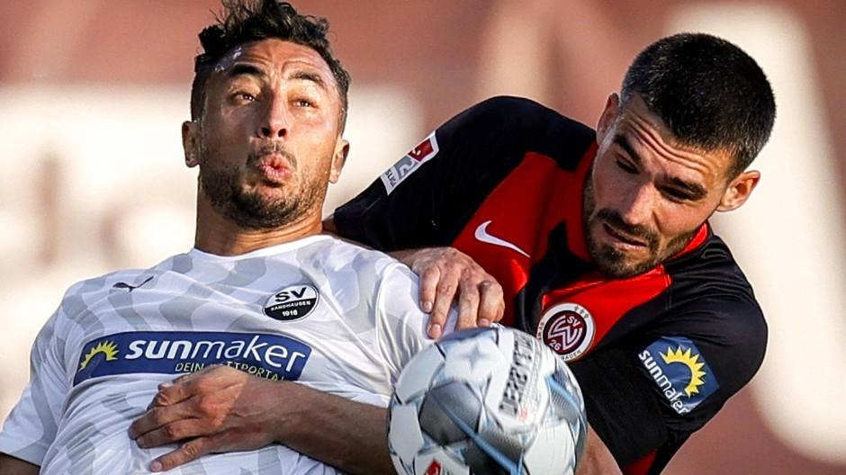Dem SV Wehen Wiesbaden mit Sascha Mockenhaupt (rechts) steht ein schwere Spiel in Hamburg bevor.