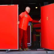 Vorsichtshalber eine geschlossene Gesellschaft bei Ferrari in Australien: Ein Mitarbeiter zieht eine Wand vor dem Fahrerlager der Scuderia.