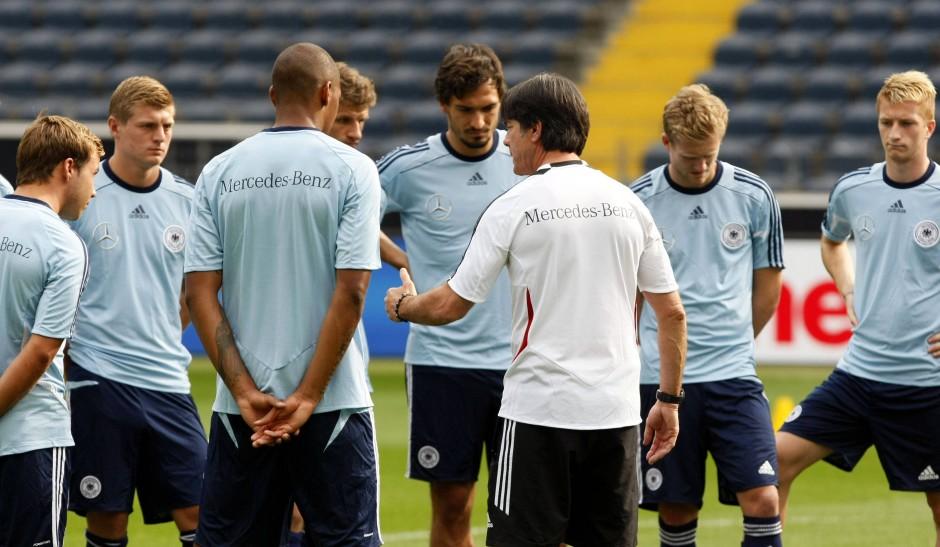 Volle Konzentration: Bundestrainer Löw (Mitte) schwört seine Spieler auf das Länderspiel ein