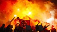 Keltenkreuze, Masken und Feuerwerk: Die Fans von Spartak machen Randale im Stadion von Jaroslawl in Russland.